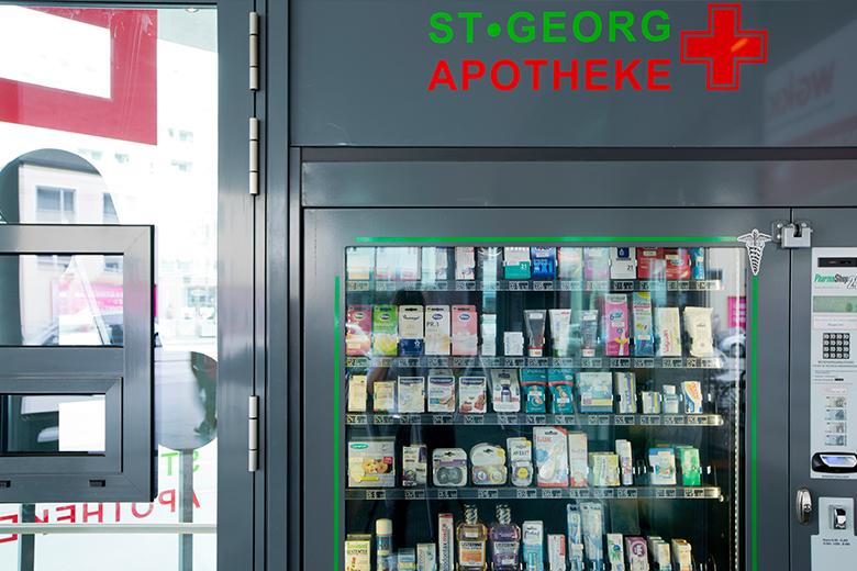 Der Selbsbedienungsautomat hat auch außerhalb der Öffnungszeiten die gängigsten Hygieneartikel und Babynahrung.